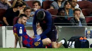 Messi es atendido por el médico y el fisioterapeuta del club.
