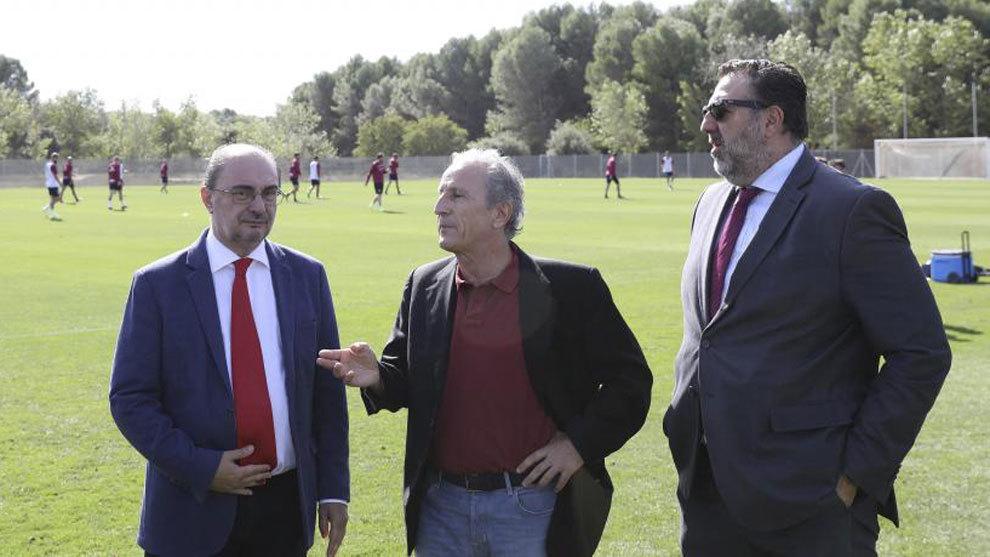 Petón, entre el presidente de Aragón y Manolo Torres