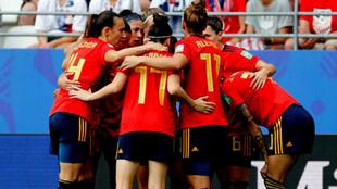 Las jugadoras de la selección española se abrazan durante un...