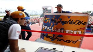 Carlos Sainz, con los fans en Rusia.