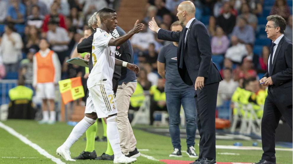 Zidane felicita a Vinícius cuando es sustituido.