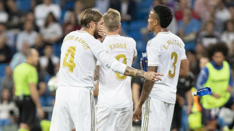 Ramos charla con Kroos y Militao durante el partido ante Osasuna.