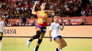 Lara González finaliza un contraataque del conjunto español ante...
