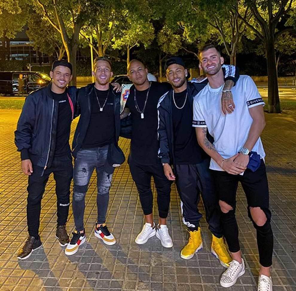 Neymar disfrutando de la noche de Barcelona junto a Arthur Melo y Leo...