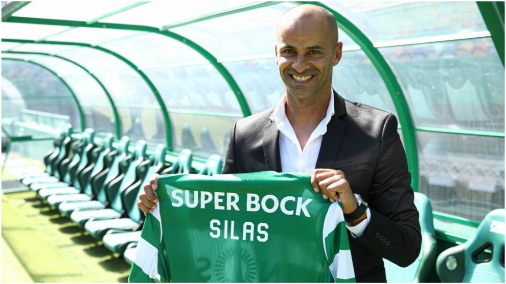 Jorge Silas posa con la camiseta del Sporting CP.