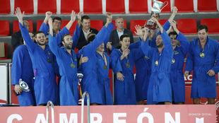 Al Atlètic-Barceloneta, con el trofeo de la reciente Supercopa de...