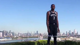 Kevin Durant en la sesión de fotos con los Nets