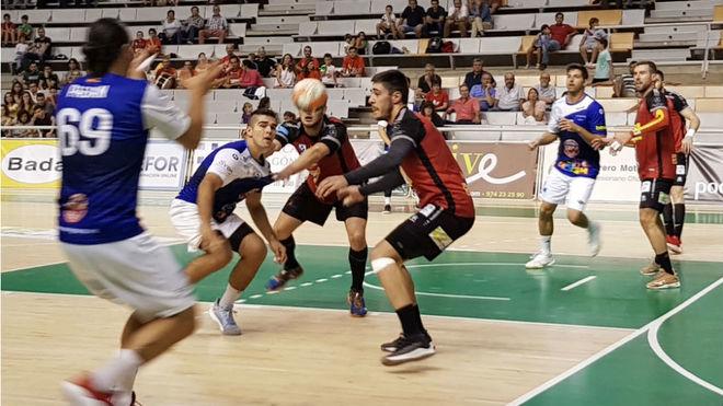 Un momento del partido entre el Huesca y el Benidorm /