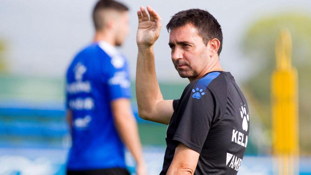 Asier Garitano, durante el entrenamiento del Deportivo Alavés.