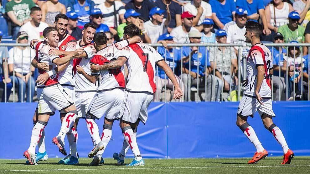 Los jugadores del Rayo celebran el gol de Ulloa que abría el marcador