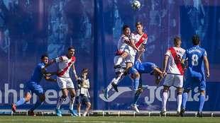 Ulloa y Martín Pascual saltan por un balón aéreo en el Fernando...