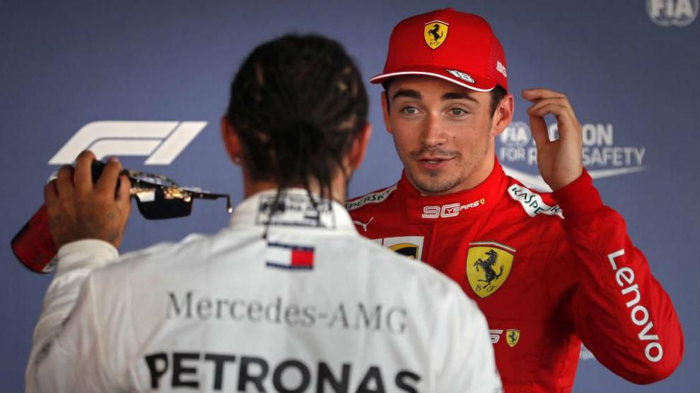 Leclerc, charlando con Hamilton tras lograr la pole.