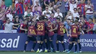 Los jugadores del Extremadura celebran el primer gol en Santo Domingo