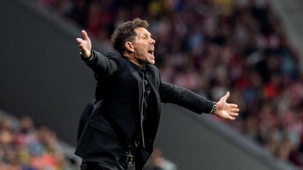 Simeone protesta al árbitro durante el derbi,