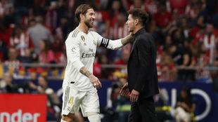 Ramos y Simeone se saludan al final del encuentro.