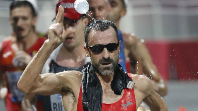 Jesús Ángel García Bragado se refresca durante los 50 kilómetros...