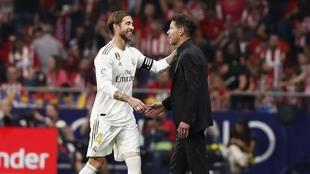 Sergio Ramos y Simeone durante el descanso del derbi