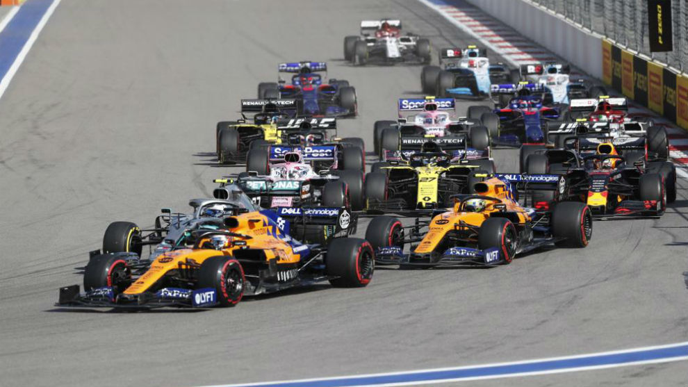 Sainz, por delante de Bottas, en la primera vuelta del GP de Rusia.
