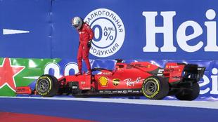 Vettel abandona su monoplaza tras sufrir la avería que le obligó a...