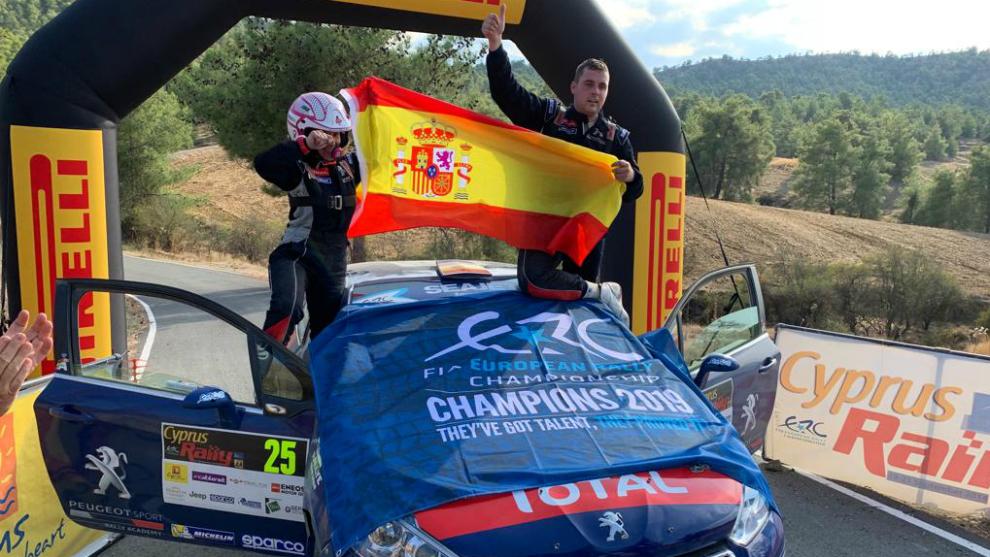 El piloto burgalés y su copiloto, Sara Fernández, festejando el...