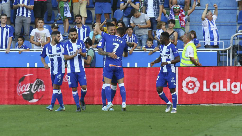 Los jugadores del Alavés celebran uno de los goles ante el Mallorca.