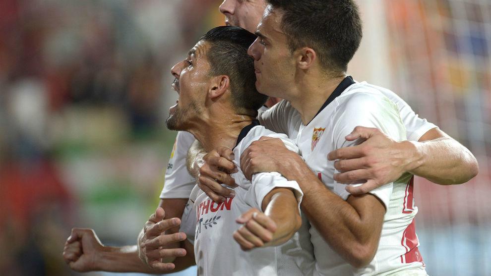 Nolito celebra con sus compañeros el primer gol del Sevilla