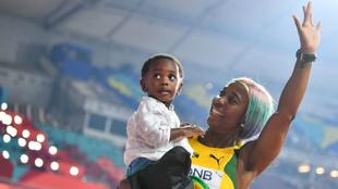 Shelly-Ann Fraser-Pryce celebra su victoria con su hijo de dos años.
