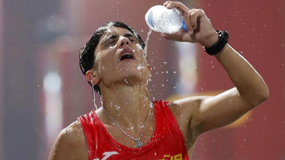 María Pérez se hidrata durante un momento de la carrera.