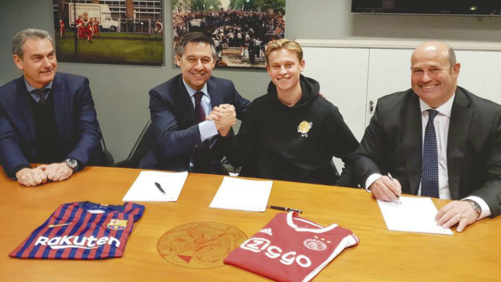 Momento de la firma de De Jong, con Pep Segura a la izquierda de la...