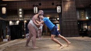 Djokovic intenta derribar a un campeón de sumo