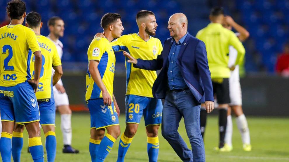 Pepe Mel con algunos de sus jugadores en el encuentro ante el Albacete