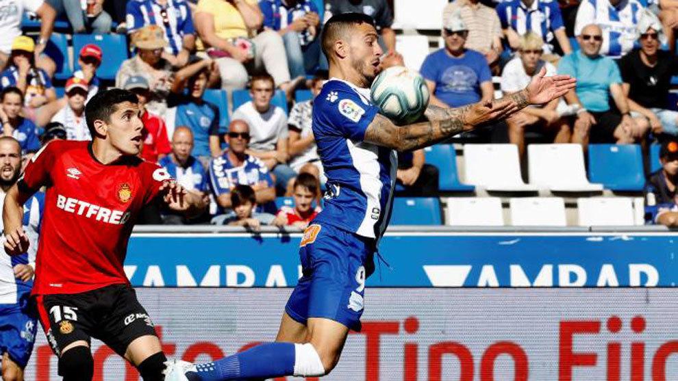Joselu, delantero del Deportivo Alavés disputa un balón Xisco...