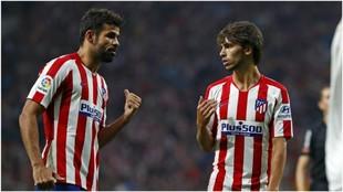 Diego Costa y Joao Félix hablando durante un partido