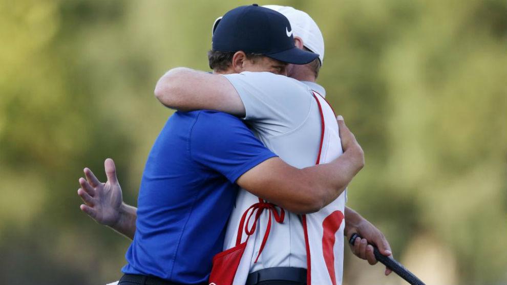 Cameron Champ se abraza a su caddy tras ganar.