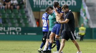 Fabián Noguera, se retira lesionado en la derrota ante el Elche.