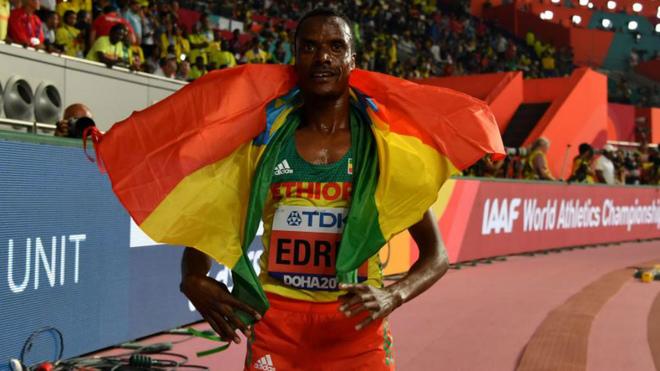 Muktar Edris con la bandera de Etiopía tras ganar la final de los...