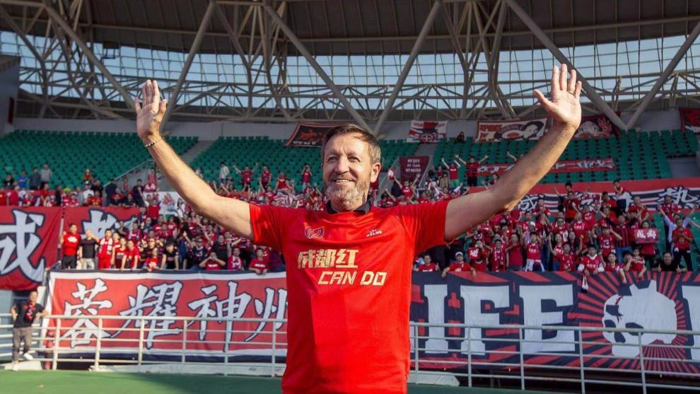 Carlos Granero saluda durante la celebración del ascenso del Chengdu.