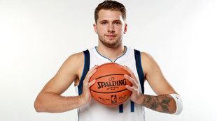 Luka Doncic posa en el Media Day de los Dallas Mavericks