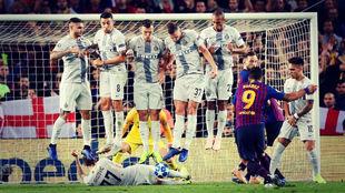 Luis Suárez lanza una falta en el Barça - Inter de Champions League...
