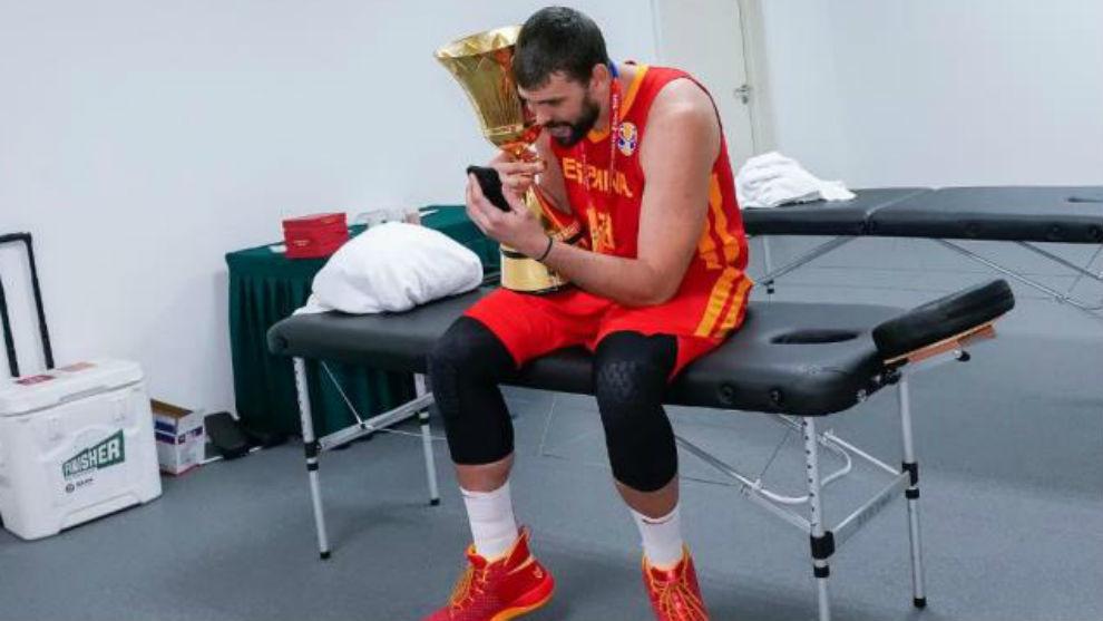 Marc Gasol, mostrando el trofeo a sus hijos por el móvil en el...