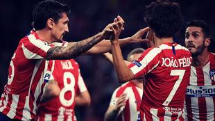 Savic y Joao Félix celebran un gol del Atlético en el partido de...
