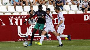 Diego Barri intenta contra un avance del Racing de Santander.