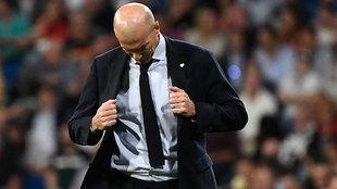 Zidane, pensativo en un momento del partido contra el Brujas.