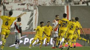 Los jugadores del Alcorcón celebran el tanto de penalti de Stoichkov...