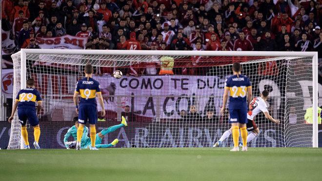 Borré anota de penalti el primer gol de River ante Boca.