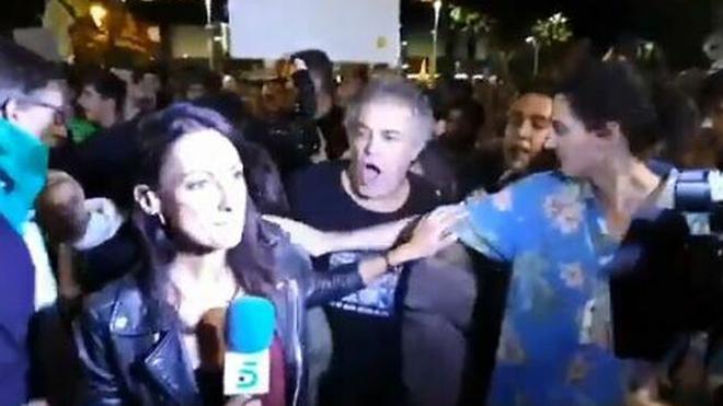 La periodista de Telecinco y el cámara han recibido insultos en...