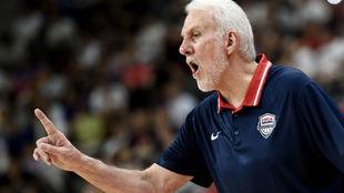 Gregg Popovich dirigiendo a Estados Unidos en el Mundial de China