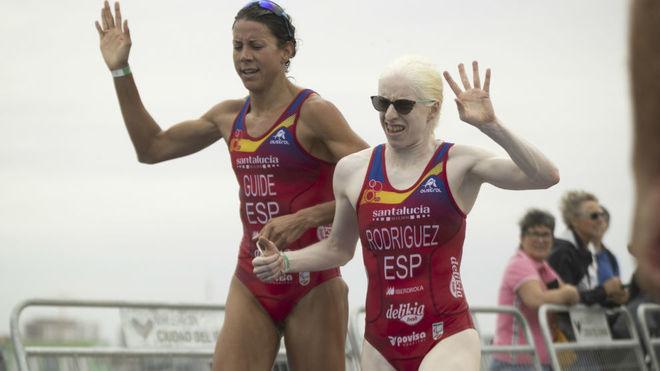Susana Rodríguez y Paula García, en una prueba de triatlón.
