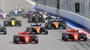 Leclerc, en el momento en el que dejó pasar a Vettel en la salida de...