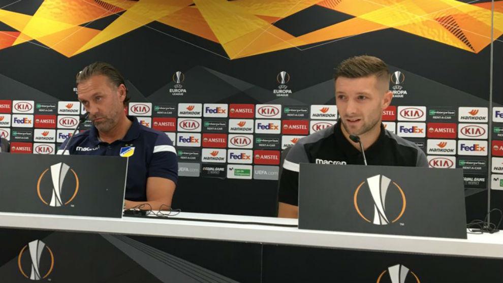 Thomas Doll (53) y Mihajlovic (28), en la sala de prensa del...